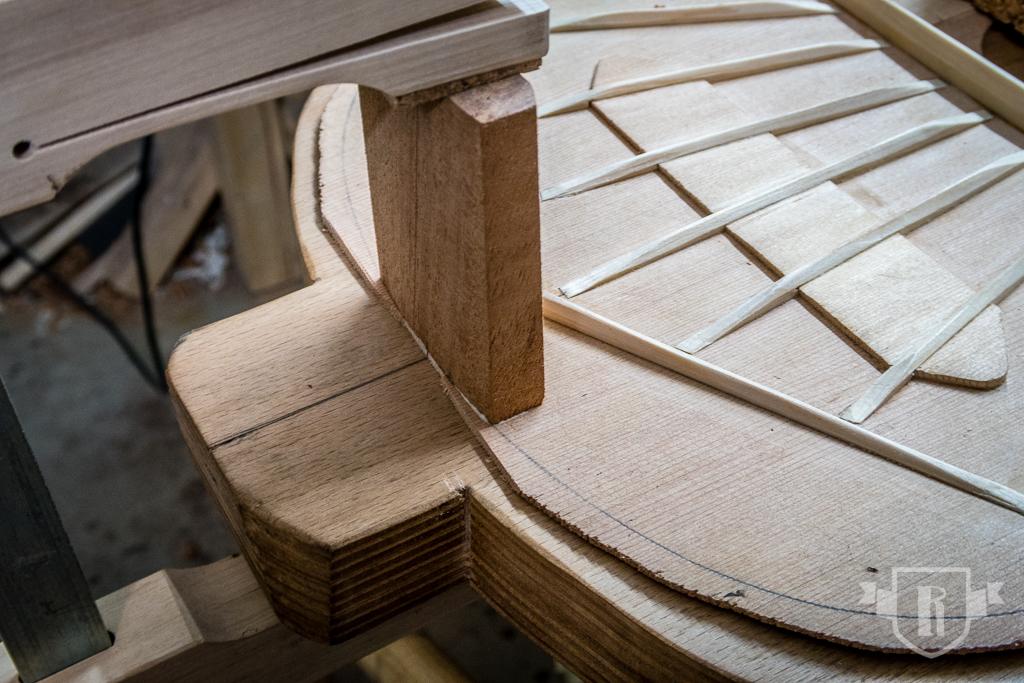 Bau einer Guitarlele: #11 Decke mit Hals und Endklotz verleimen