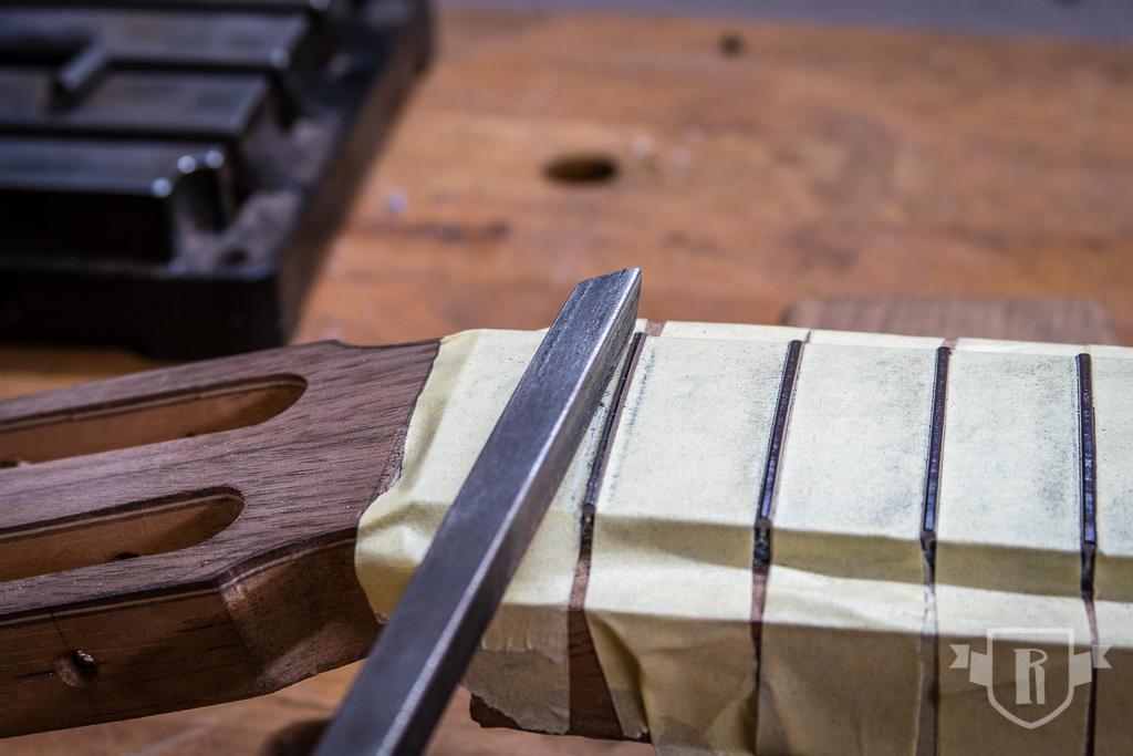 Bau einer Guitarlele: #19 Griffbrett aufleimen und bundieren